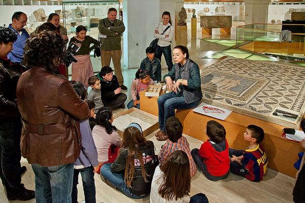 El Museo de Arqueología de Girona organiza actividades diversas durante todo el año como visitas guiadas y teatralizadas, talleres infantiles, conferencias, etc.