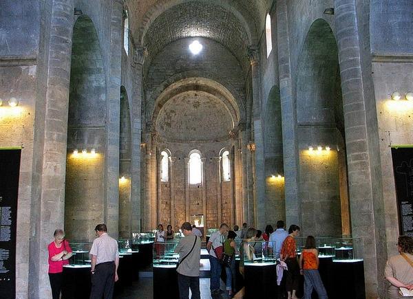 Una parte de la visita al Museo Arqueológico de Girona transcurre en la nave de la propia iglesia de Sant Pere de Galligants, lo que permite conocer además su arquitectura