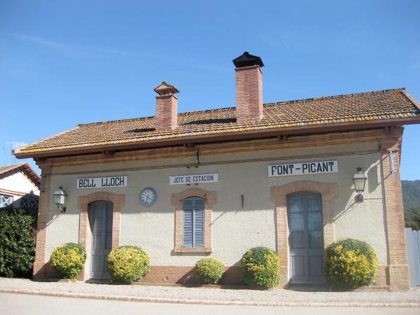 Antigua estación de tren de Bell-lloc de la Ruta del Carrilet, entre los bosques de Santa Cristina d'Aro, Girona, Costa Brava
