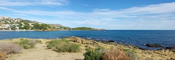 Las playas de Grifeu y de l'Alguer son visibles al sur de la playa de Sant Jordi. Se encuentra sobre la misma bahía y son más cómodas los días de Tramuntana