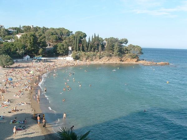 Playa Grifeu, en Llançà, es una de las playas más populares de la Mar d'Amunt, la zona de la Costa Brava que se encuentra sobre el Cabo de Creus