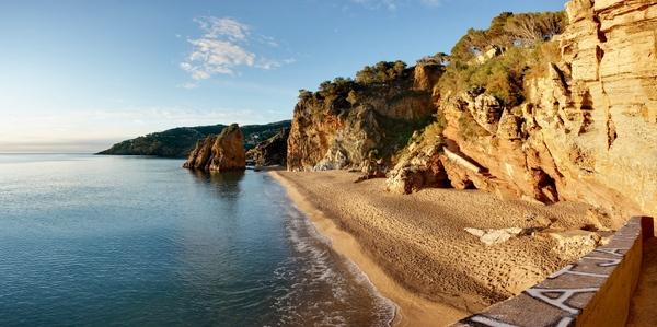 Al sur de Punta Espinuda se encuentra la preciosa playa de Illa Roja, un verdadero paraíso para los bañistas de la costa de Begur