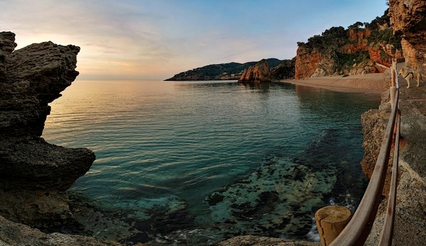 A través de Punta Espinuda pasa el camino de ronda que une las playas del Racó e Illa Roja, de paisajes rocoso espectaculares