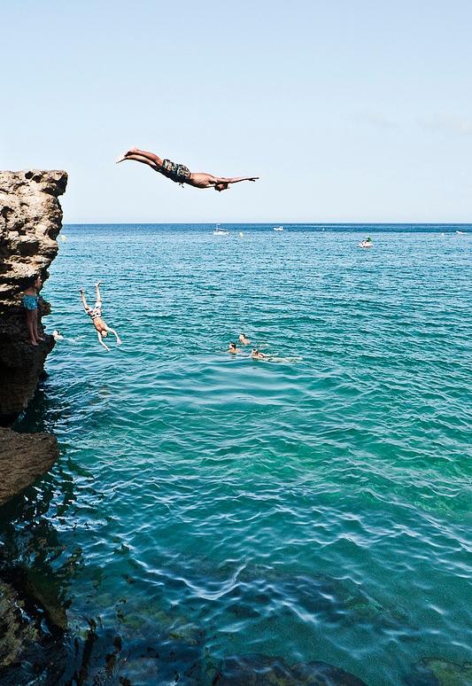 El Mirador de Punta Espinuda, en Begur, es también un lugar tradicional de saltos entre los bañistas más jóvenes