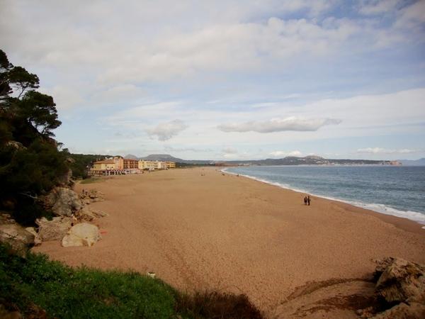 Punta Espinuda es facilmente accesible desde la Playa del Racó, la primera del largo arenal de varios kilómetros que, pasando sobre la desembocadura de los ríos Daró y Ter, llega hasta l'Estartit