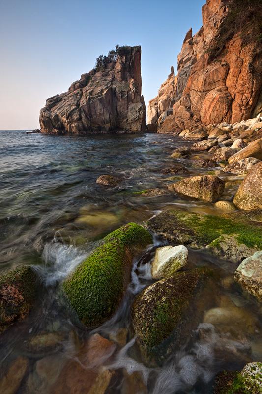 Cala S'Agüia ofrece la oportunidad a los amantes de la fotografía de captar imágenes de larga exposición, jugar con los colores y con el movimiento del agua alrededor de las rocas