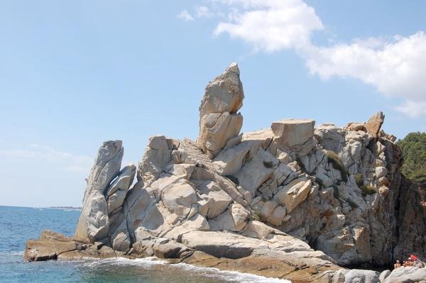 Alrededor de Cala S'Agüia encontramos formaciones rocosas, algunas en altura, de una gran curiosidad, algunas incluso parecen esculpida por alguien