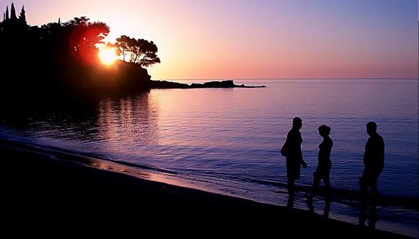 Amanecer sobre la Playa Grifeu, en Llançà, donde se observan las rocas que se encuentran en la parte norte de la playa, junto al camino de ronda. Levantarse temprano para caminar por la orilla mientras amanece es todo un placer.