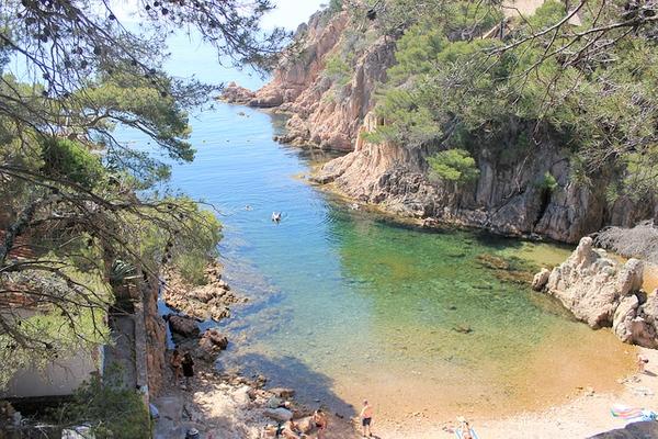 Cala Aiguaxelida, entre Begur y Tamariu, se encuentra ligada a la obra del escritor ampurdanés Josep Pla, que nació y vivió muy cerca de aquí, en Palafrugell