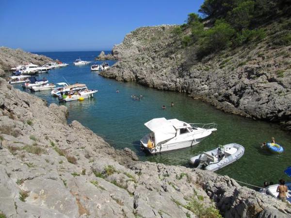 Cala Ferriol forma una larga bahía en pleno Parque Natural del Montgrí, entre los pueblos de l'Estartit y l'Escala