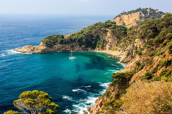 Cala Futadera, en Tossa de Mar, se encuentra protegida por la gran mole de roca que forma el Cabo Pentiner, y que le confiere sombra al atardecer y una gran belleza paisajística
