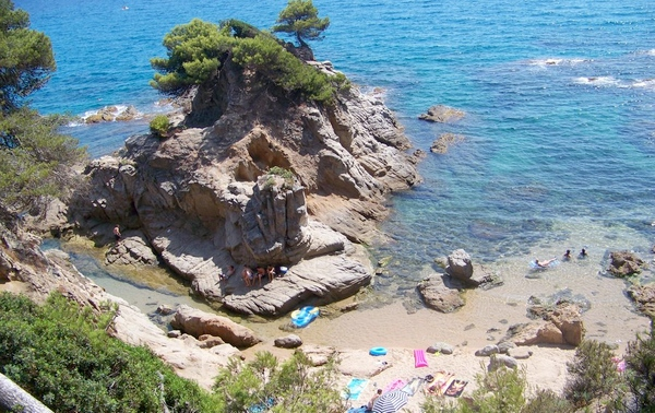 Cala Racó d'en Sureda, al sur de la Playa de Fenals, en Lloret de Mar, Costa Brava