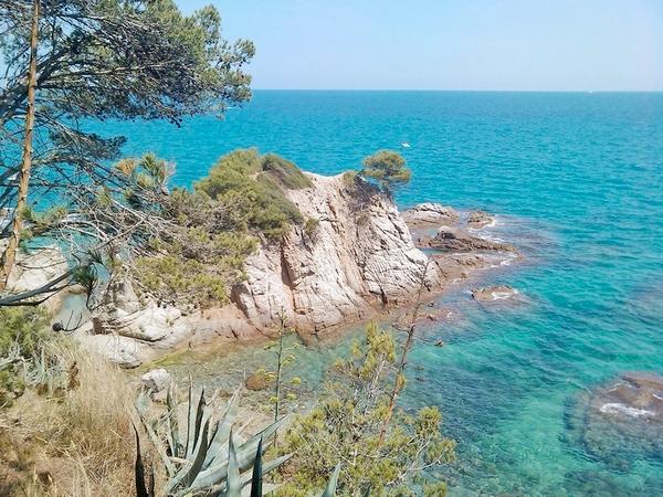 Foto de la Cala Punta del Racó tomada desde el camino de ronda que se encuentra sobre ella, en Lloret de Mar