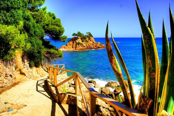 Si te gusta recorrer los caminos de ronda de la Costa Brava estás de enhorabuena, porque la Playa Sant Jordi-Cap Roig se encuentra en medio de uno de los más bonitos: el que recorre Sant Antoni de Calonge y Platja d'Aro de manera ininterrumpida