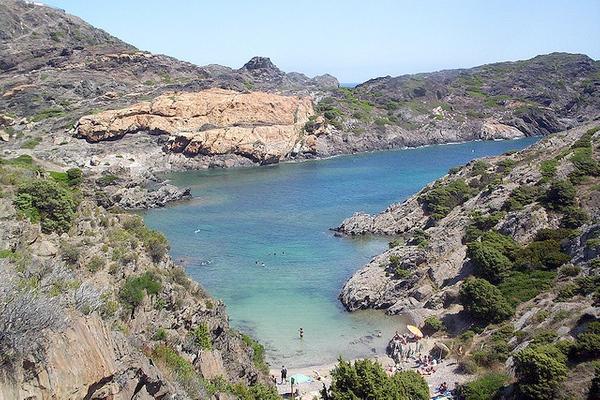 Cala Jugadora, en Cadaqués, es una cala de arena que se encuentra a pocos centenares de metros del faro del Cabo de Creus