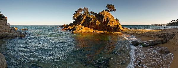 La Playa Cap Roig - Sant Jordi, en Playa de Aro, es de una gran belleza paisajística natural. Un cuadro en el que destaca la gran roca, coronada de pinos, que forma el cabo.