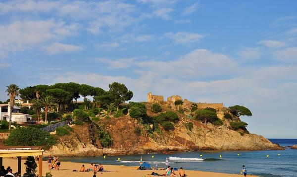 La Fosca es una playa de Palamós muy abierta y desde la cual, por el camino de ronda, se pueden dar magníficos paseos hacia Cala Es Castell, Cala s'Alguer y Cala Margarida