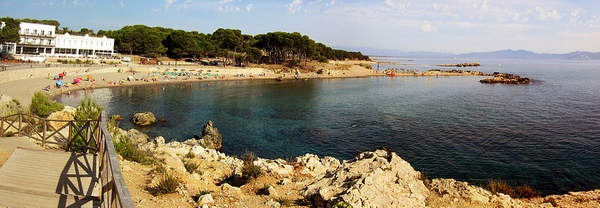 La playa del Portitxol, en l'Escala, se encuentra a pocos centenares de metros del yacimiento arqueológico de Ampurias. Por esta costa comenzó la romanización de toda la península ibérica en el siglo III a.C.