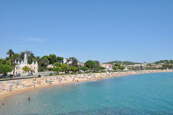 Playa de Sant Pol, en Sant Feliu de Guíxols, se encuentra en un entorno de gran elegancia, junto a la urbanización de lujo de s'Agaró y el camino de ronda