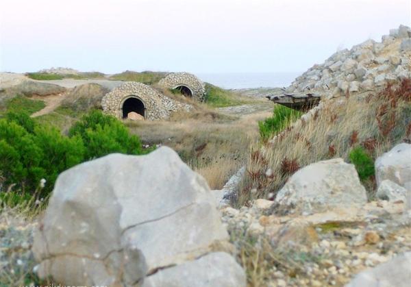 Esta zona en la que se encuentra la Cala Bol Roig, también denominada la Clota o Planasses, estuvo militarizada durante la época franquista y por ello hoy en día todavía se encuentran búnkeres abandonados junto al camino de ronda
