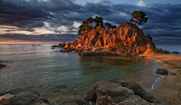 Amanecer en la Playa Sant Jordi Cap Roig. Por su belleza paisajística esta cala es una de las más bonitas de toda la Costa Brava para practicar la fotografía artística