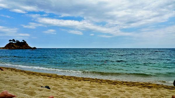 El camino de ronda al sur de la Playa Sant Jordi Cap Roig, en Sant Antoni de Calonge, nos permitirá disfrutar de otras playas, también de arena