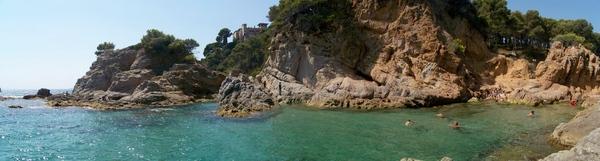 La pequeña Cala Punta d'en Sureda, en Lloret de Mar, se encuentra en un entorno natural bastante más espectacular que el de la vecina Playa Fenals