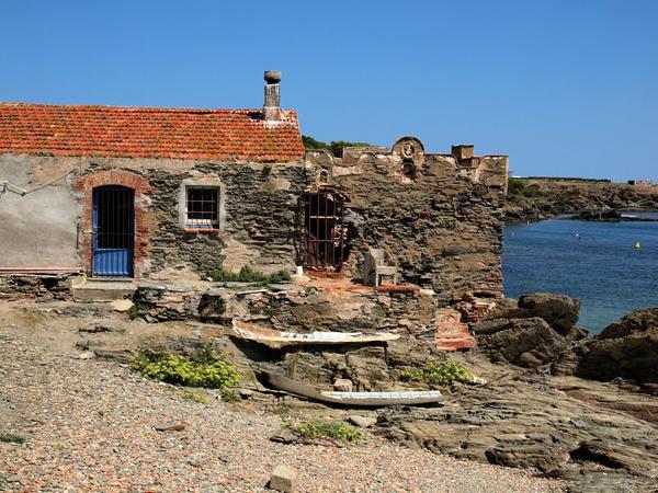 Esta antigua caseta de pescadores es testimonio mudo del pasado pescador que tuvo esta pequeña playa de Cadaqués