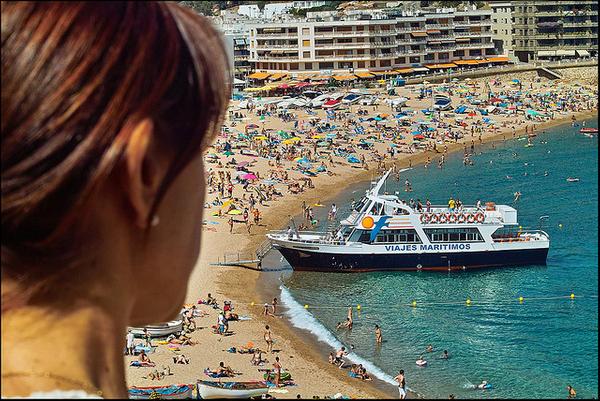 Los barcos turísticos de visión submarina llegan hasta la misma orilla de la Playa Grande de Tossa de Mar, de manera que los pasajeros pueden acceder a ellos por una rampa desde la propia arena