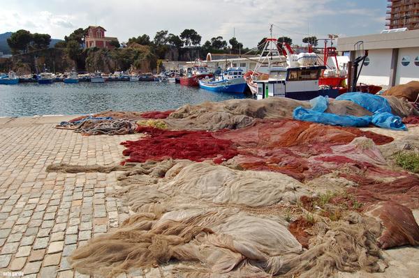 Un paseo por el vecino puerto de Sant Feliu de Guíxols, nos revela que aquí todavía se sigue pescando con redes en pequeñas embarcaciones