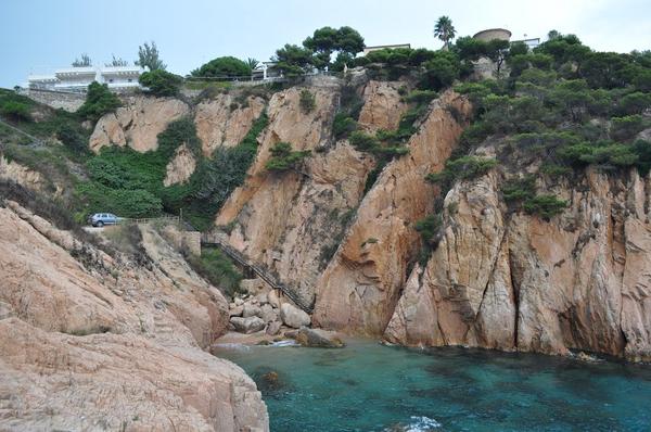 Cala Jonca, orientada al sur, posee una superficie de arena y forma una bahía en la linea de costa de Sant Feliu. En la pared rocosa de su derecha, mirando al mar, crecen pinos de la roca a pesar del terreno agreste y de la dura exposición a la Tramuntana