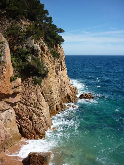 Cala Jonca, en Sant Feliu de Guíxols, es una cala visualmente atractiva, ya que se encuentra rodeada de altas paredes rocosas