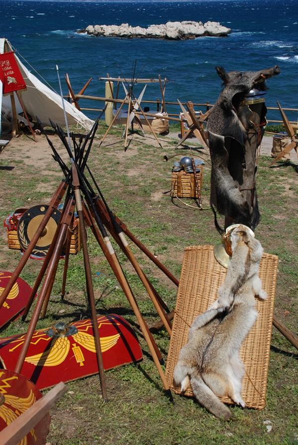 Campamento romano (castrum) durante el Triumvirato Mediterráneo. Los grupos de recreación histórica portan un gran cantidad de objetos muy bien elaborados
