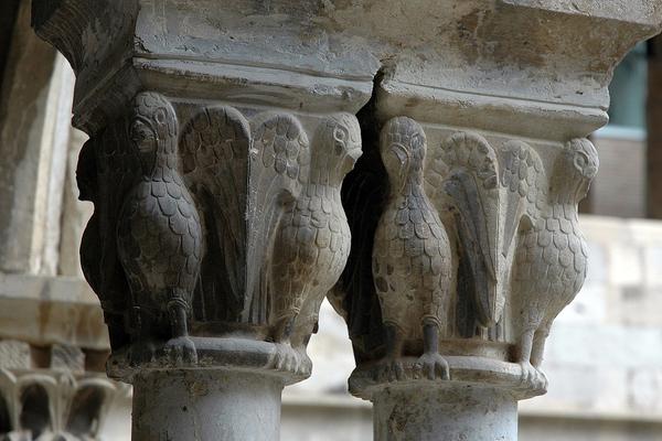 Capiteles del claustro gótico de Santo Domingo, en el centro de Girona, Costa Brava