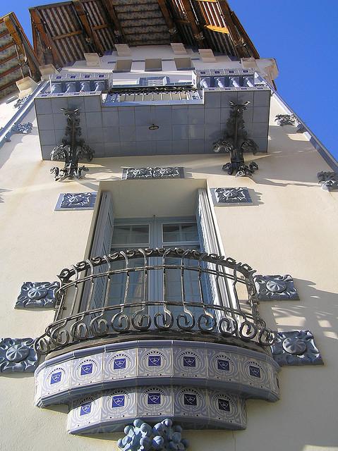 Las ventanas y balcones de Casa Serinyana, en Cadaqués, se encuentran decorados con bellas cerámicas de tonalidades azuladas