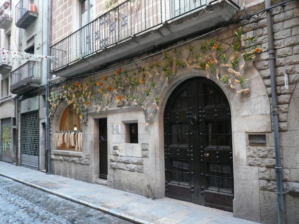La entrada a la Casa Masó se efectúa por la calle Ballesteries 29. La fachada de esta casa de época siempre se encuentra engalanada durante la semana de la celebración Tiempo de Flores.
