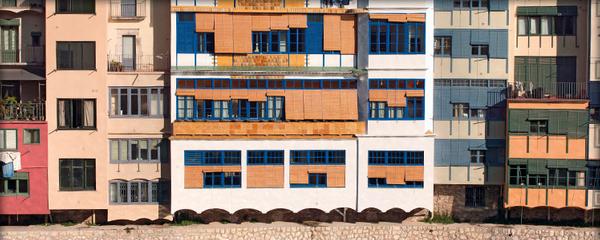 Casa Masó se encuentra frente al río Onyar, y es una de las coloridas fachadas que se observan desde los diferentes puentes de Girona