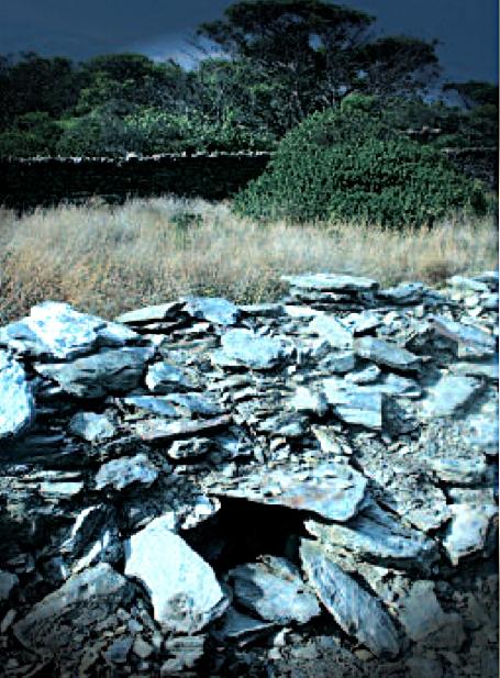 La Cova d'en Contraban es todavía visible, aunque discretamente, bajo las piedras de la Isla de S'Arenella, en Cadaqués. Aquí se almacenaron durante décadas productos de contrabando.
