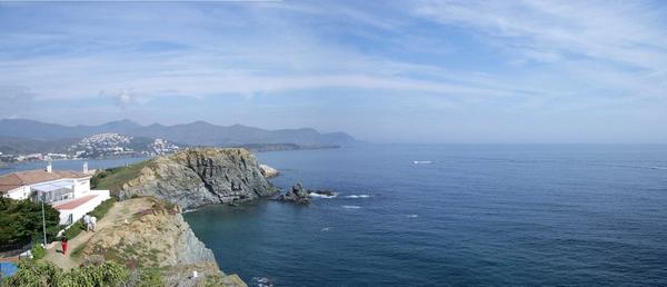 Una de las maneras más bonitas de llegar hasta Playa de l'Embarril es siguiendo el camino de ronda que parte desde el Puerto de Llançà. Al fondo la gran roca del Mirador de Castelar, frente al puerto.