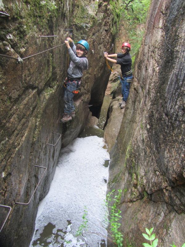 Aquí se puede apreciar claramente cómo las paredes de las Gorges de Salenys tienen agarraderas metálicas para poder desplazarse con seguridad entre ellas, siempre equipados con cuerdas, arnes y casco