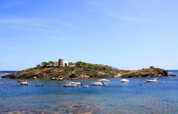 La Isla de S'Arenella es la única isla habitada de la Costa Brava y se encuentra frente a nuestra playa