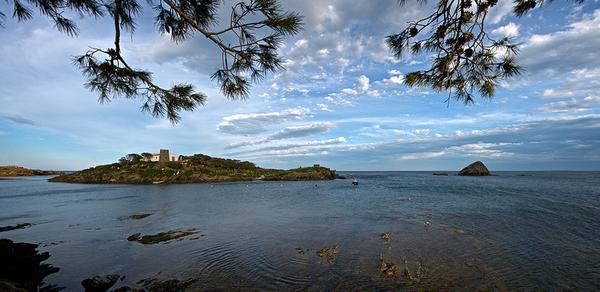 La Isla de S'Arenella, frente a la costa de Cadaqués, no muy lejos del centro, es la única isla habitada de la Costa Brava