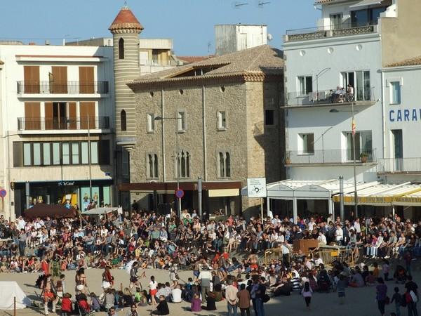 La Playa de las Barcas, frente al edificio de la Casa de la Punxa, en l'Escala, es uno de los centros de celebración popular del Triumvirato Mediterráneo