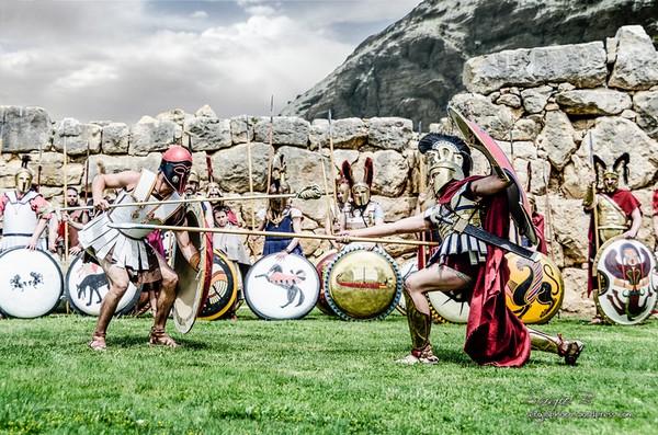 Lucha de antiguos guerreros durante la celebración del Triumvirato Mediterráneo en el pueblo de l'Escala, Costa Brava norte