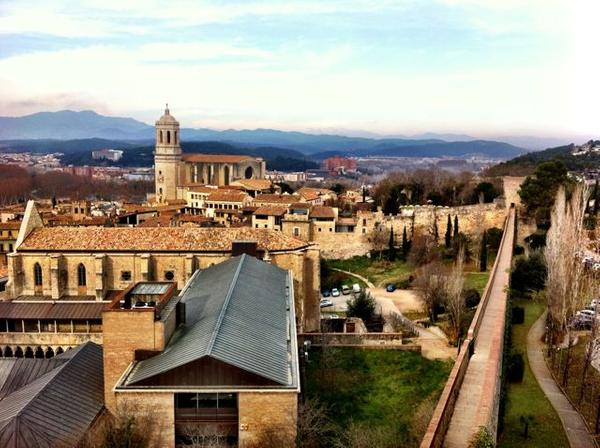 Es posible obtener una buena vista exterior del Convento de Santo Domingo desde las murallas de la ciudad. Al fondo la Catedral y los Pirineos.