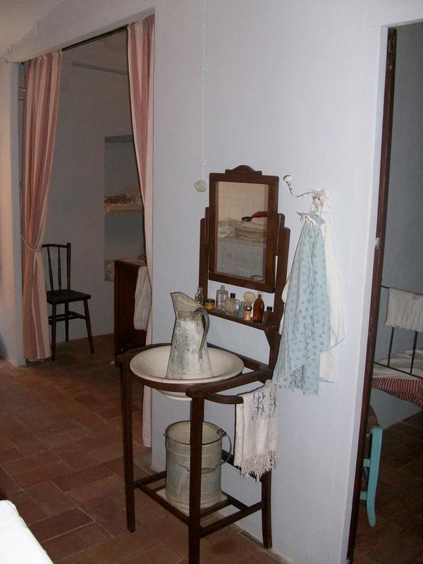 Nuestra visita a la Casa Can Cinto Xuà nos deja detalles tan cotidianos como los de este jarrón y palangana que los antiguos moradores utilizaban a la hora del aseo