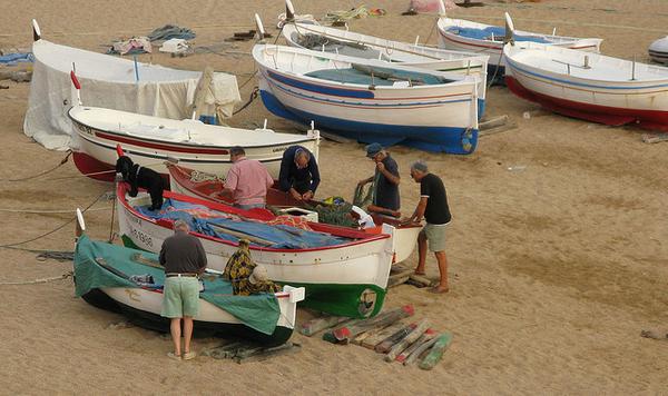 La Playa Grande de Tossa de Mar tiene una gran tradición pesquera y es posible todavía ver todavía a los pescadores preparar sus barcas para ir a la mar