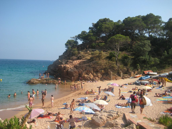 Platja Canyerets es una playa muy familiar y con una ocupación media, más que nada porque se encuentra principalmente ocupada por los vecinos de la misma urbanización