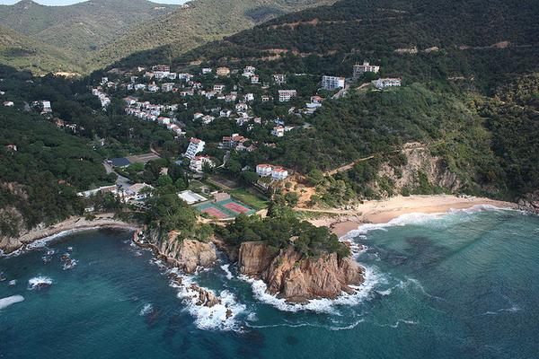Vista aérea de la Playa Canyeret, a la derecha, y de la Playa Canyet, a la izquierda, entre los pueblos costeros de Sant Feliu de Guíxols y Santa Cristina d'Aro, en la Costa Brava