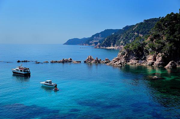 Junto a la Playa Canyerets, accesible por el camino de ronda, se encuentra la Playa Canyet y sus bellos puentes de piedra sobre el mar, en el extremo sur, ya en Santa Cristina d'Aro